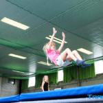 Kind springt Trampolin Ferien