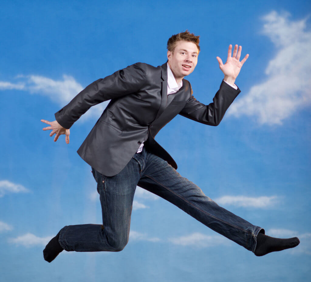 Geschäftsmann springt Trampolin